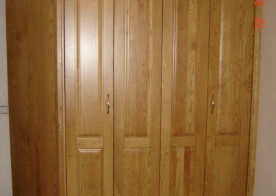 Armario con lateral de madera y evitando una viga en la parte superior